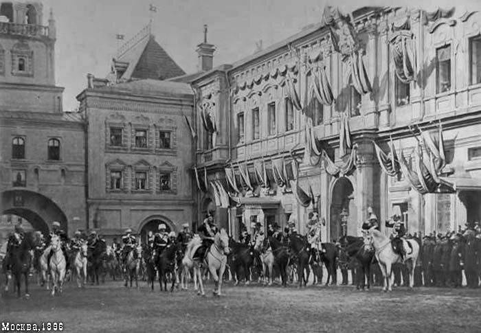 Через Иверские ворота Николай скачет на Красную площадь