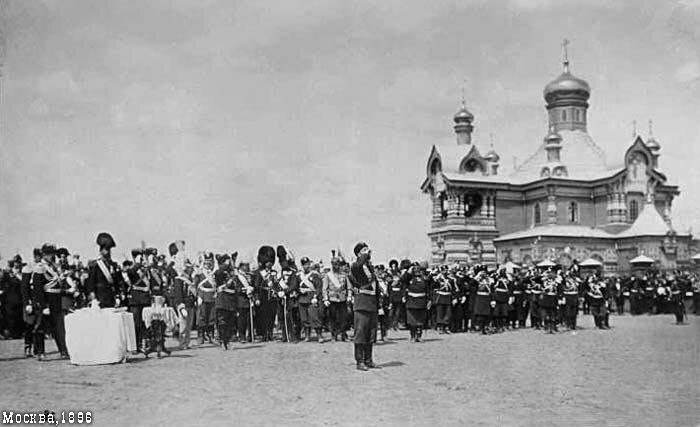 Николай II выпивает чарку на Ходынке перед военным парадом