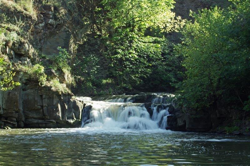 Водопад в поселке Каменка