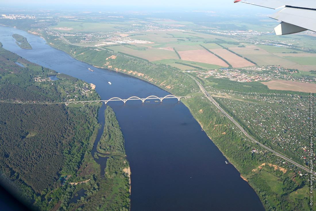26 мая 2015 года, 17:28. Вылетели из «Стригино». Под нами Ока и Сартаковский железнодорожный мост через реку Оку. По Оке (в левой части кадра) идет теплоход «Борис Полевой»