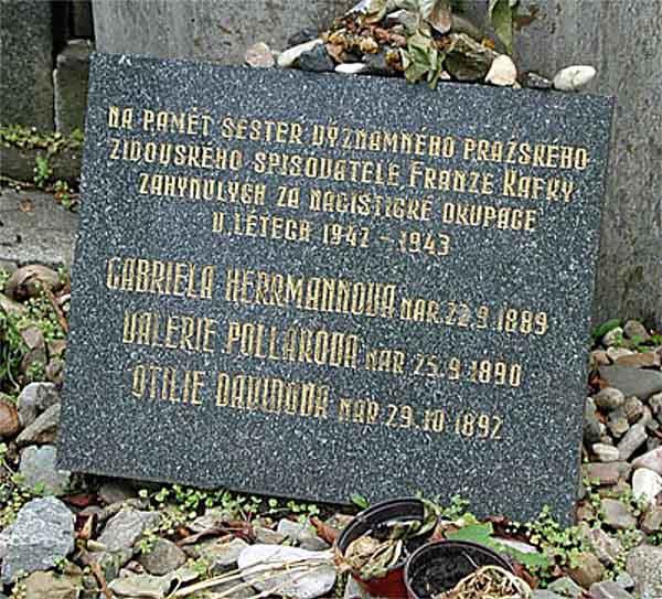 Кафка и его сестры. Памятное надгробие на могиле Кафки для его сестёр убитых нацистами.