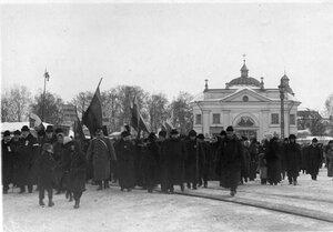 Манифестанты с правительственными флагами и плакатами у Свято-Троицкой Александро-Невской лавры.