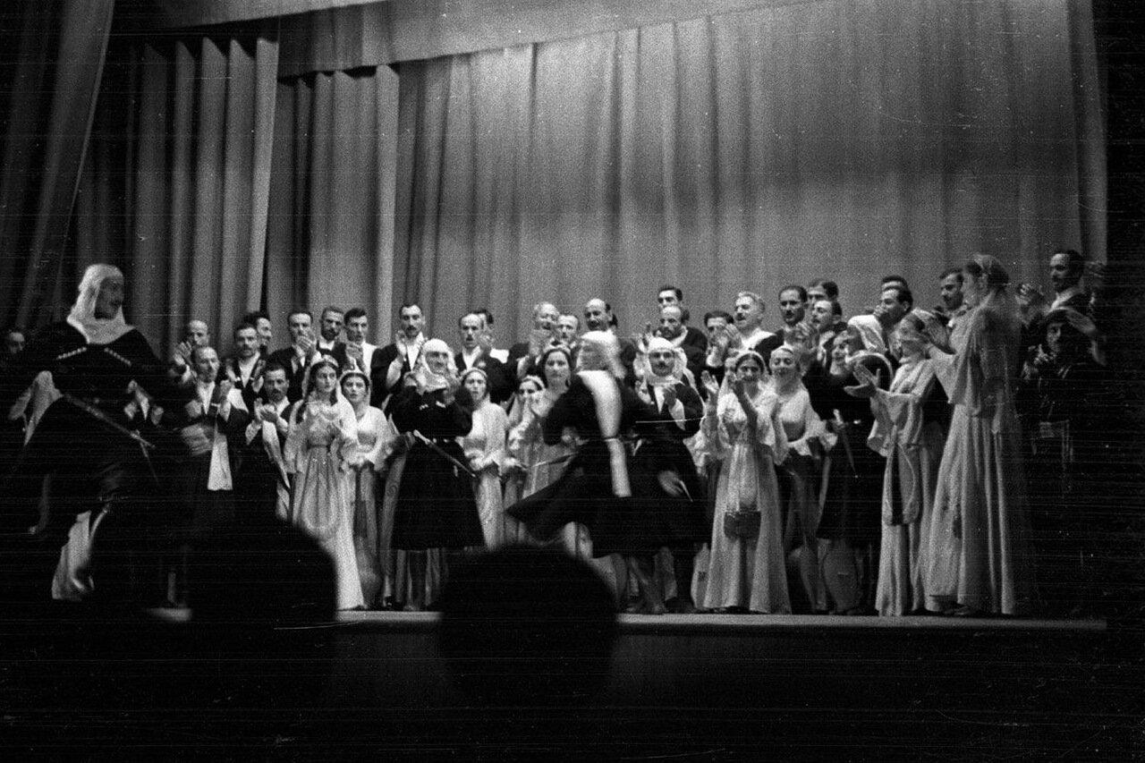 31. Группа актеров в театре