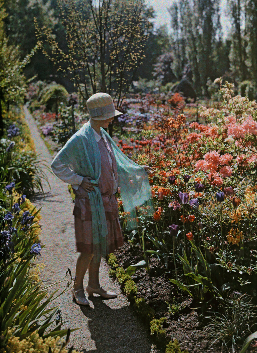 1928. Германия. Молодая женщина восхищается цветами в саду Бадена