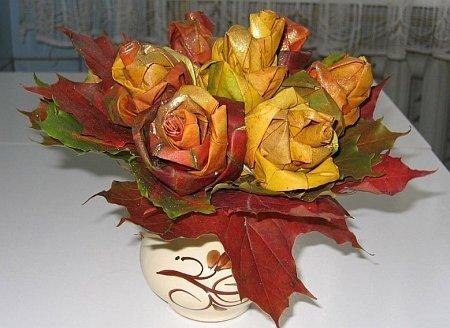 Розы из кленовых листьев