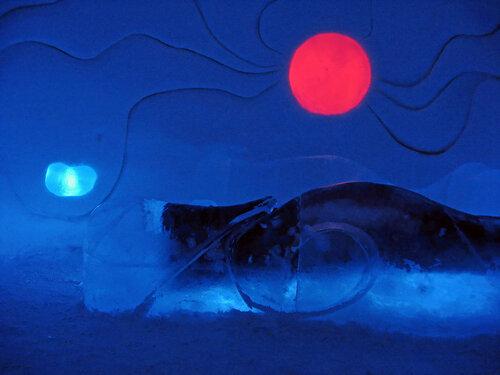СС = Святая Святых ... Спальня сНежной Королевы ... Кровать, естеССтвенно, изо льда ...          (при редактировании только убрал шумы, т.к. освещение - очень cкудное в покоях ... :)