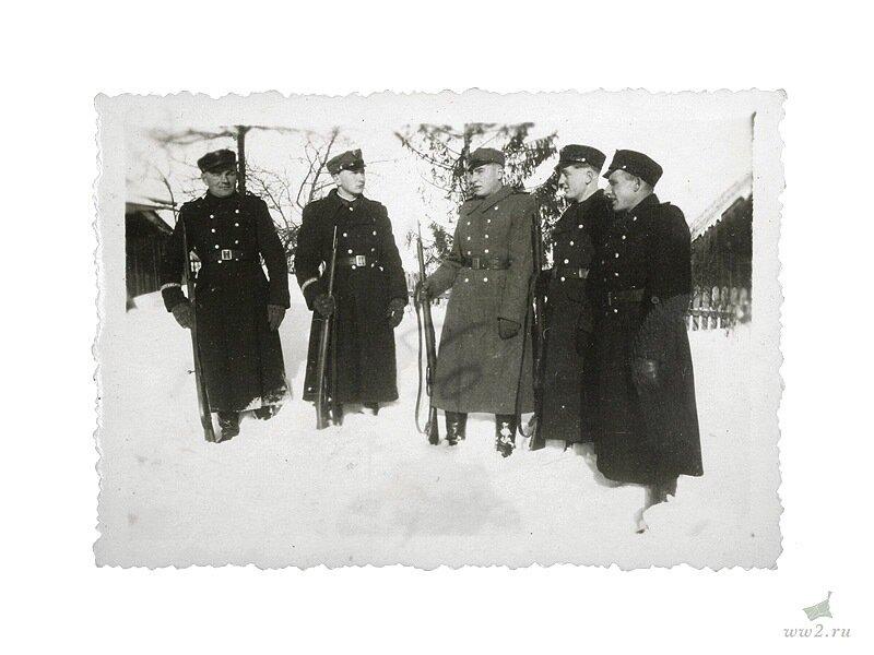Фотография украинских полицейских в генералгубернаторстве. Украинские полицейские  в форме полиции для генералгубернаторсвтва