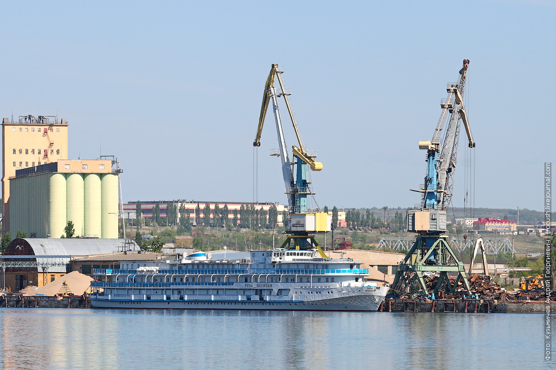Теплоход Русь Великая в грузовом порту Камышина