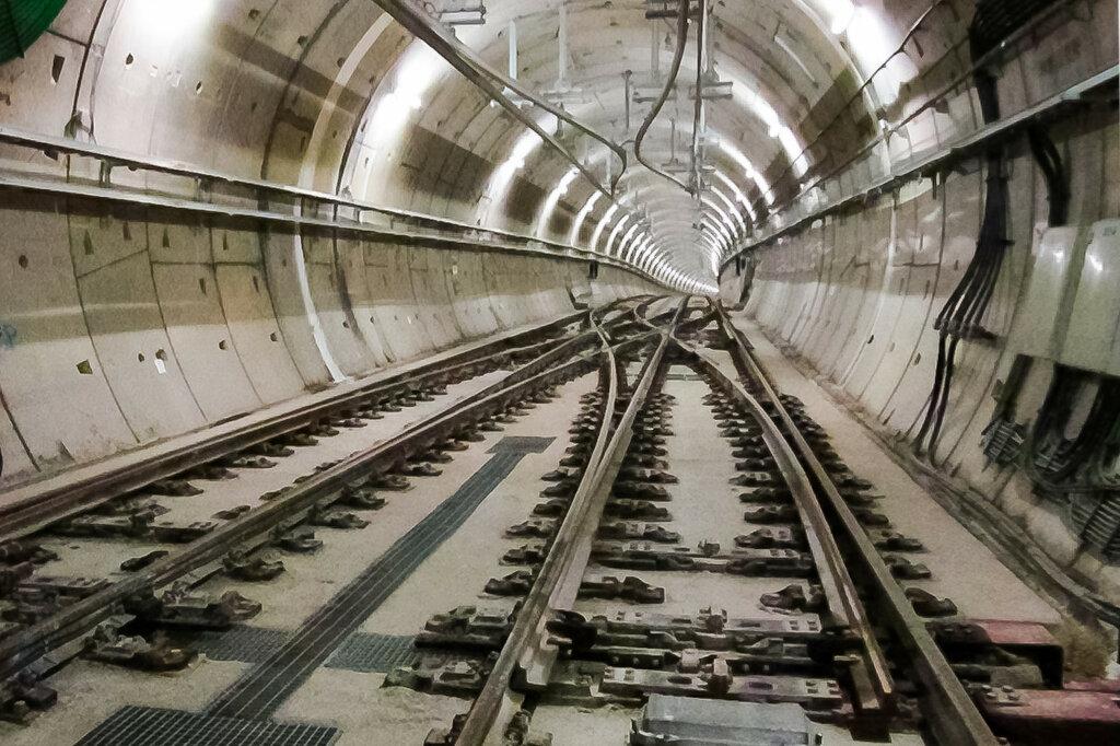 Двухпутный тоннель с перекрёстным съездом и верхним токосъёмом. В Москве контактный рельс будет расположен по бокам