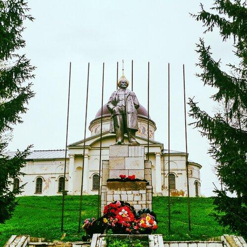 Достопримечательности Мышкина: Ленин у Никольского собора в Мышкине