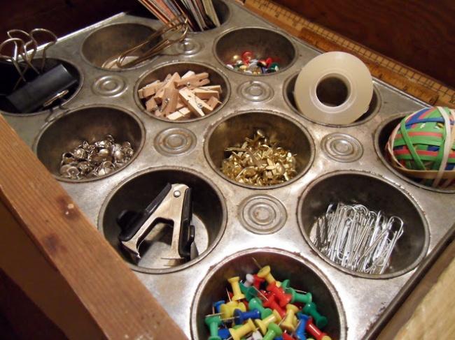 Положите ввыдвижной ящик форму для выпечки кексов— так все ваши мелкие принадлежности неперемешаю