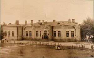 Местные жители у вокзала на станции (вид со стороны двора).  Виленская губ. Кошедары ст.