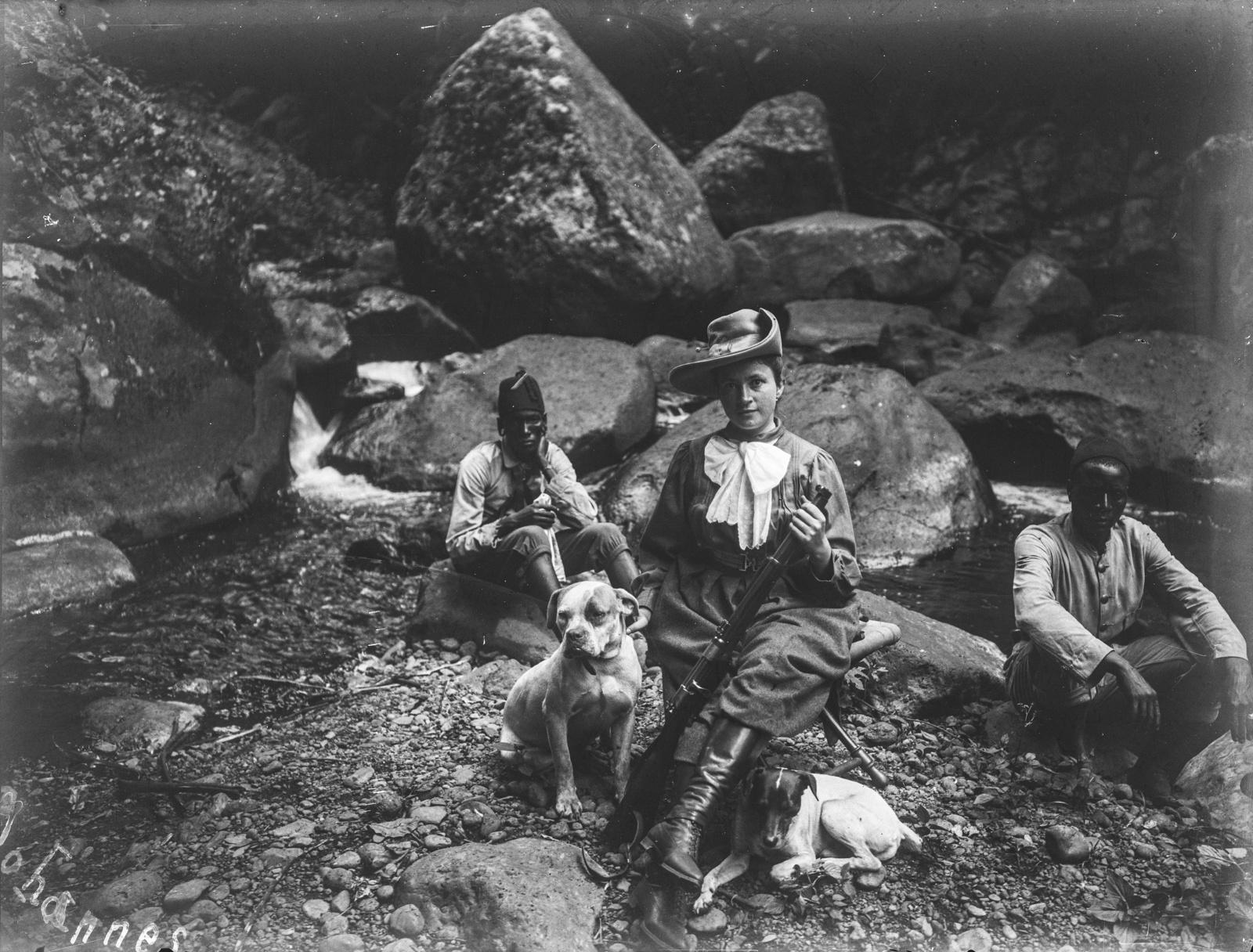 266. Портрет Эмели Йоханнес во время охоты с дробовиком. Ее сопровождают двое мужчин и собаки