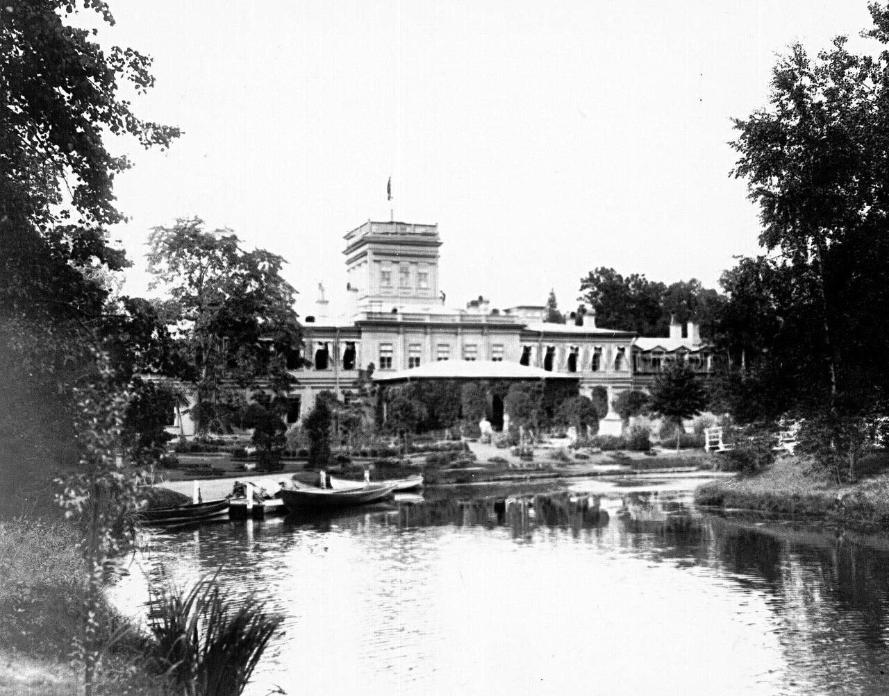 02. Фасад дома в имении графа со стороны пруда