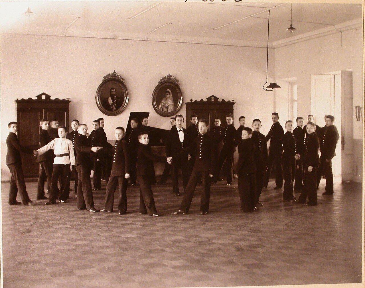 14. Воспитанники кадетского корпуса в зале во время урока танцев