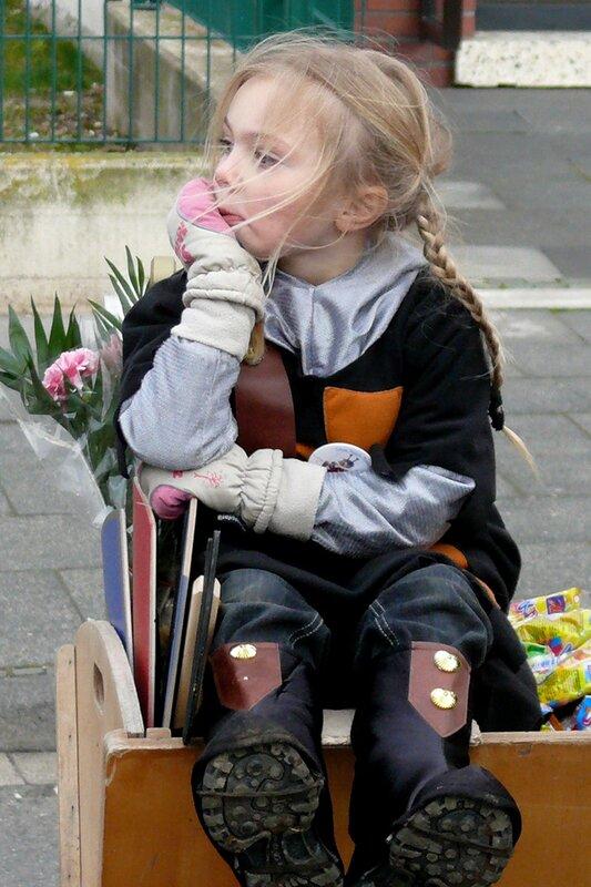 каждый год одно и тоже - садят в тележку и на карнавал!)))))))))))))))