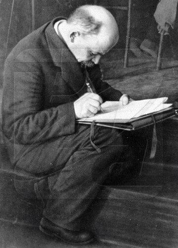Ленин делает записи на ступеньках трибуны во время заседания III-го конгресса Коминтерна в бывшем Андреевском зале Кремля