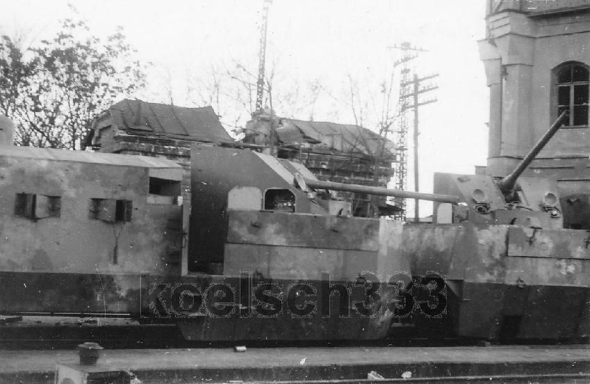 Брошенный в Симферополе советский бронепоезд.