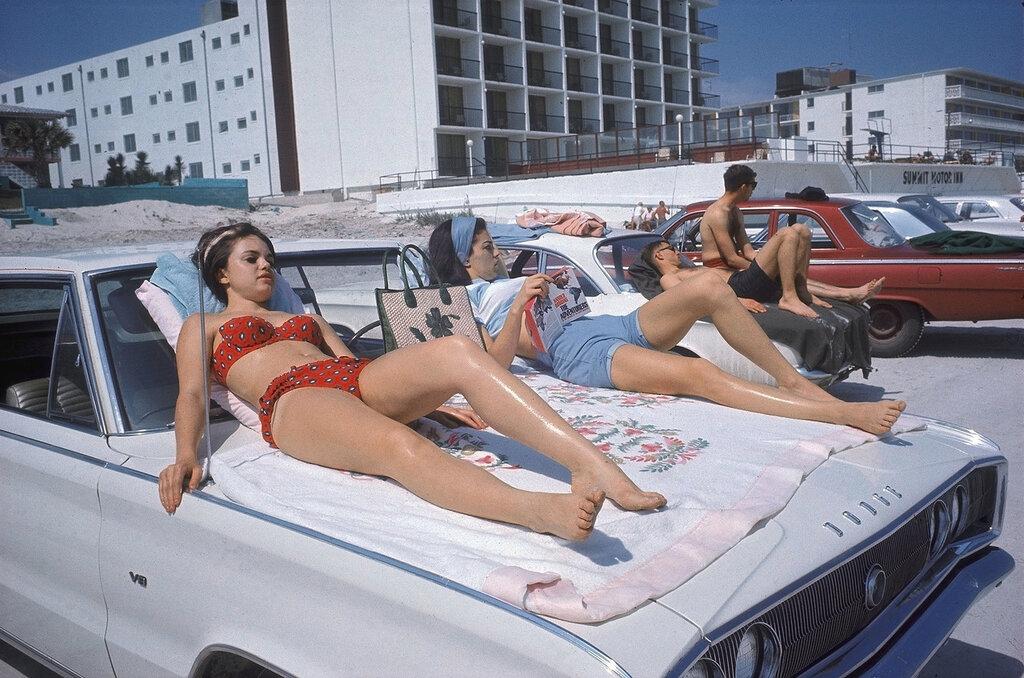 erwitt_daytona_beach_florida_1967_cb723.jpg