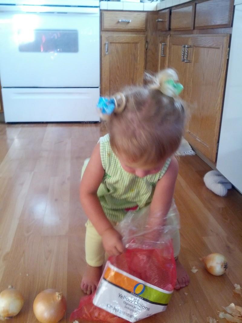 Девочка хотела скушать яблоко