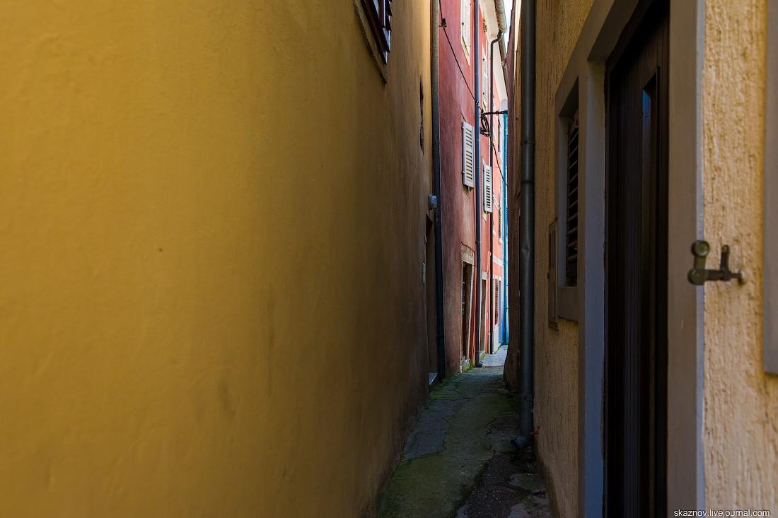 37. Переулок, как мне показалось, самый узкий во Врсаре. Я обеими руками доставал до каждой стены.