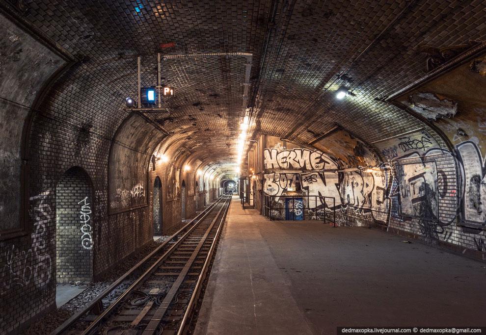 Не только вся станция в граффити, но еще и все тоннели метро: