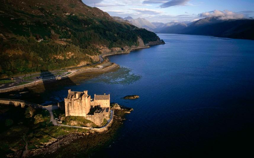 4. Замок Эйлен-Донан на западном побережье Шотландии, в месте, где сливаются три озера. В «золотой ч