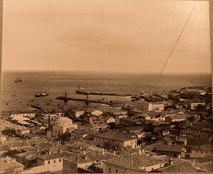 Панорама прибрежной части города; слева - мечеть Муфтий-Джами и минарет. Феодосия
