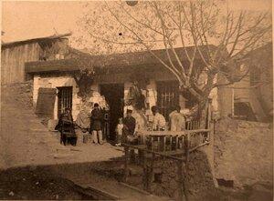 Местные жители во дворе дома.