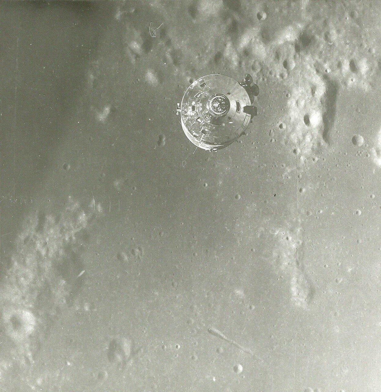 1969. май. В 98 часов 47 минут 16 секунд полётного времени Янг на шесть секунд включил вспомогательные двигатели командного модуля для увода его от лунного модуля. В течение примерно полувитка проводились испытания радиолокатора лунного модуля, обеспечива
