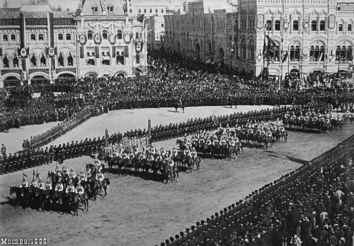 Войска поджидают Николая II на Красной полощади возле Лобного места