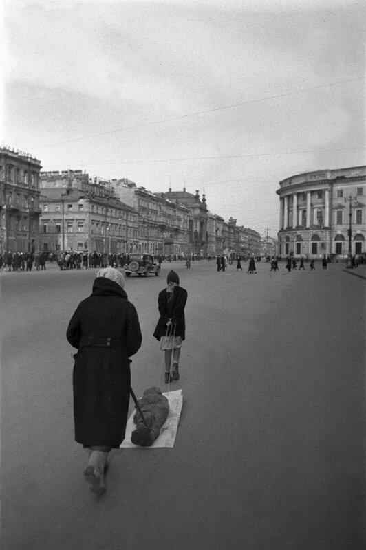 Михаил Трахман. Ленинград в блокаде. 1942.jpg