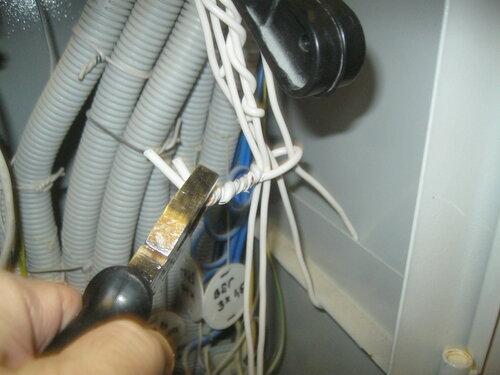 Вызов электрика аварийной службы в спортивный клуб из-за подозрения на неисправность рубильника в ГРЩ