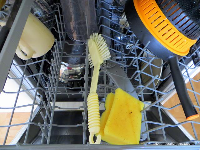 щетка и губка в посудомойке