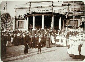 Воспитанники учреждений Императорского Человеколюбивого Общества у строящегося Народного дома императора Николая II.