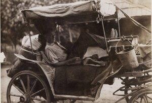 Мужчина отдыхает в автомашине