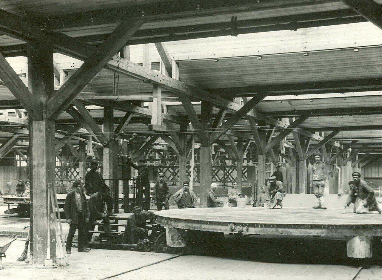 20. Группа рабочих стекольного завода в цехе