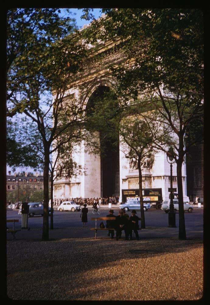 Триумфальная арка от бульвара Виктора Гюго