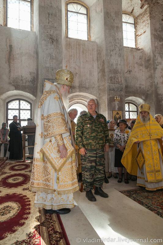 Генерал Черкасов рассказывает митрополиту Евлогию о восстановлении Храма Святителя Василия Великого в Кистыше