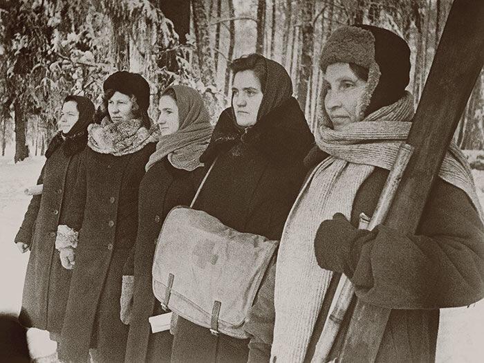 1941 год. Женщины-партизанки. В оккупированном районе Подмосковья. Фото М. Бачурина
