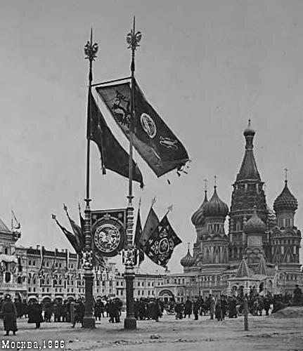 Флаги у Покровского собора