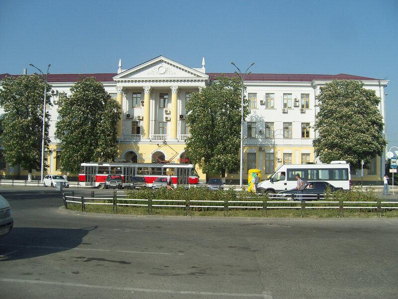 дом с колоннами, каштаны и трамвай Tatra на привокзальной площади
