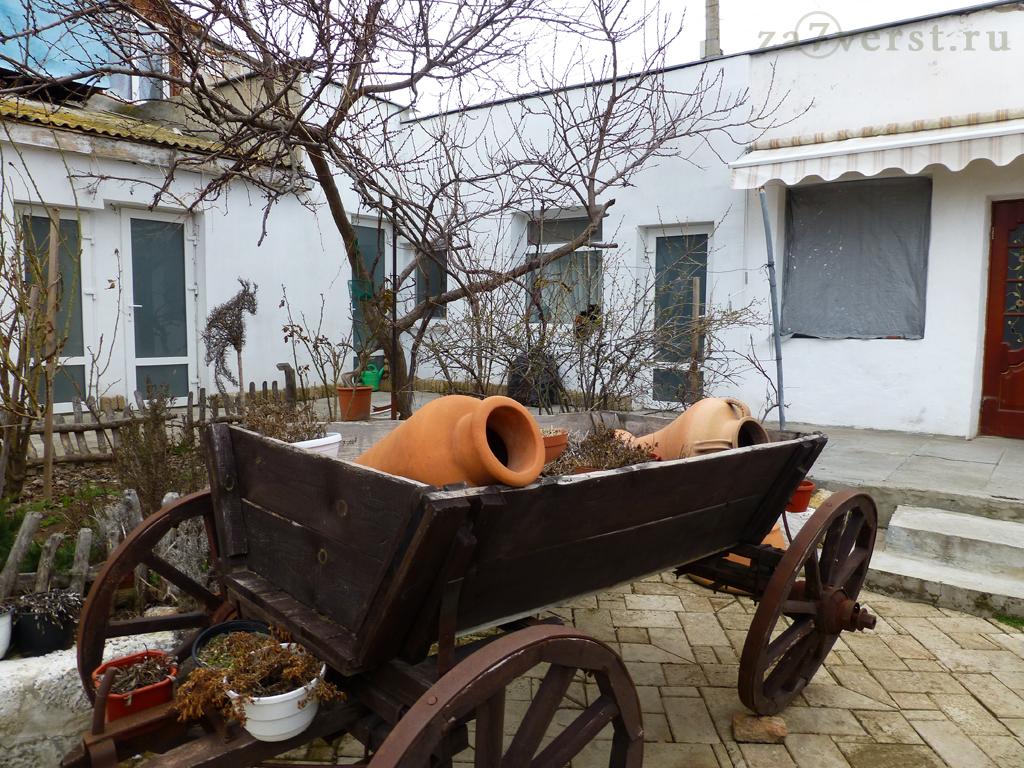 Телега, дворик кафе-музея Йоськин кот, Евпатория, Крым, Россия