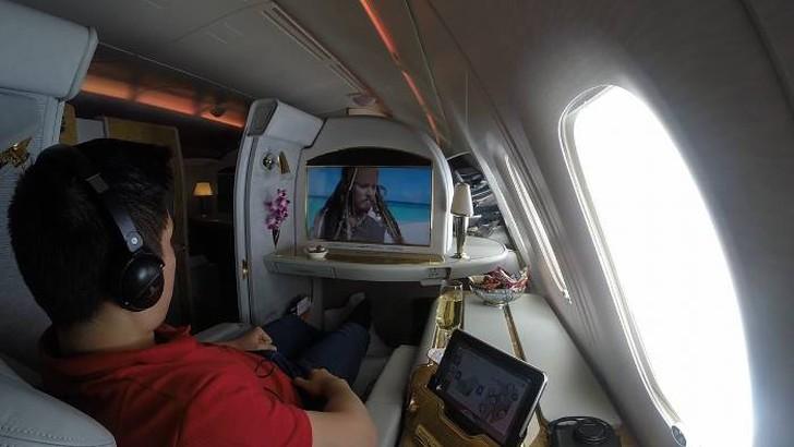 35. После душа стюардессы начали готовиться к посадке в Сиднее, и я пристегнулся.