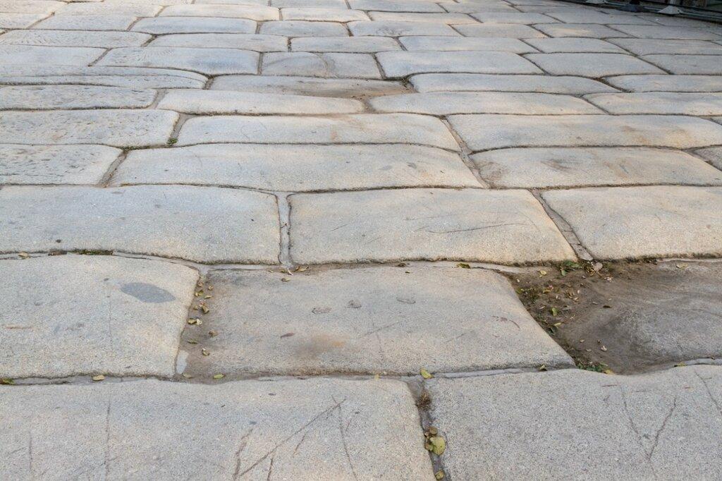 Древние плиты моста Лугоу