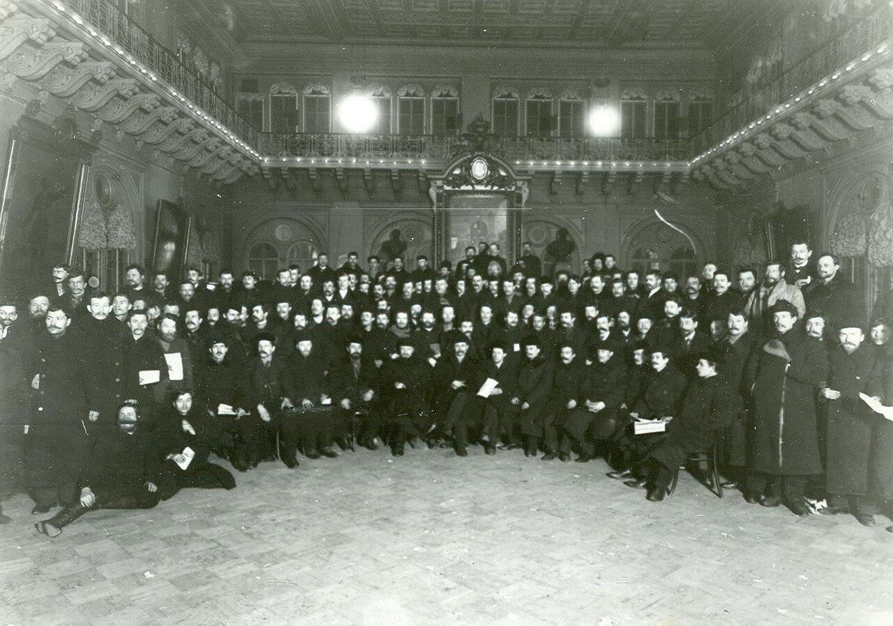 Группа депутатов и выборщиков во Вторую Государственную думу в зале Городской думы