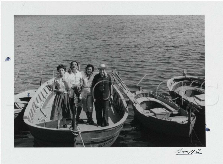 1955. Жильберта Брассай, Сальвадор Дали, Гала и Брассай на лодке в Кадакесе