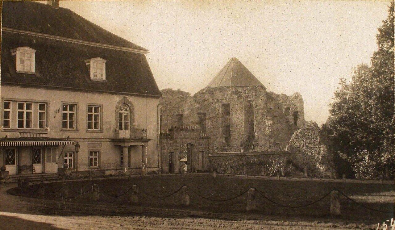 28. Вид на замок в имении графа Сиверса и развалины старинной крепости