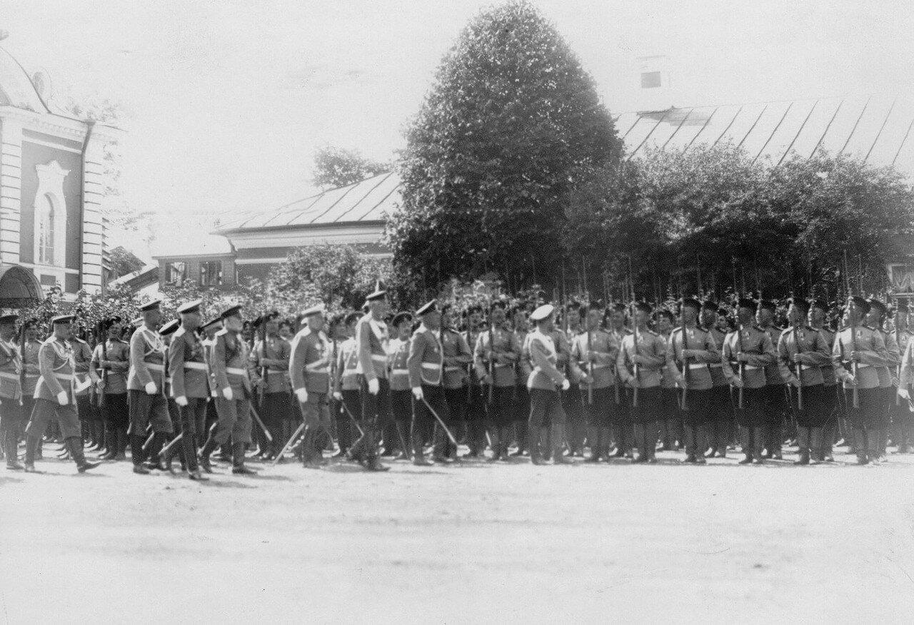 16. Император Николай II и сопровождающий его высший офицерский состав обходят полк, выстроившийся перед парадом. Петергоф. 29 июня 1913
