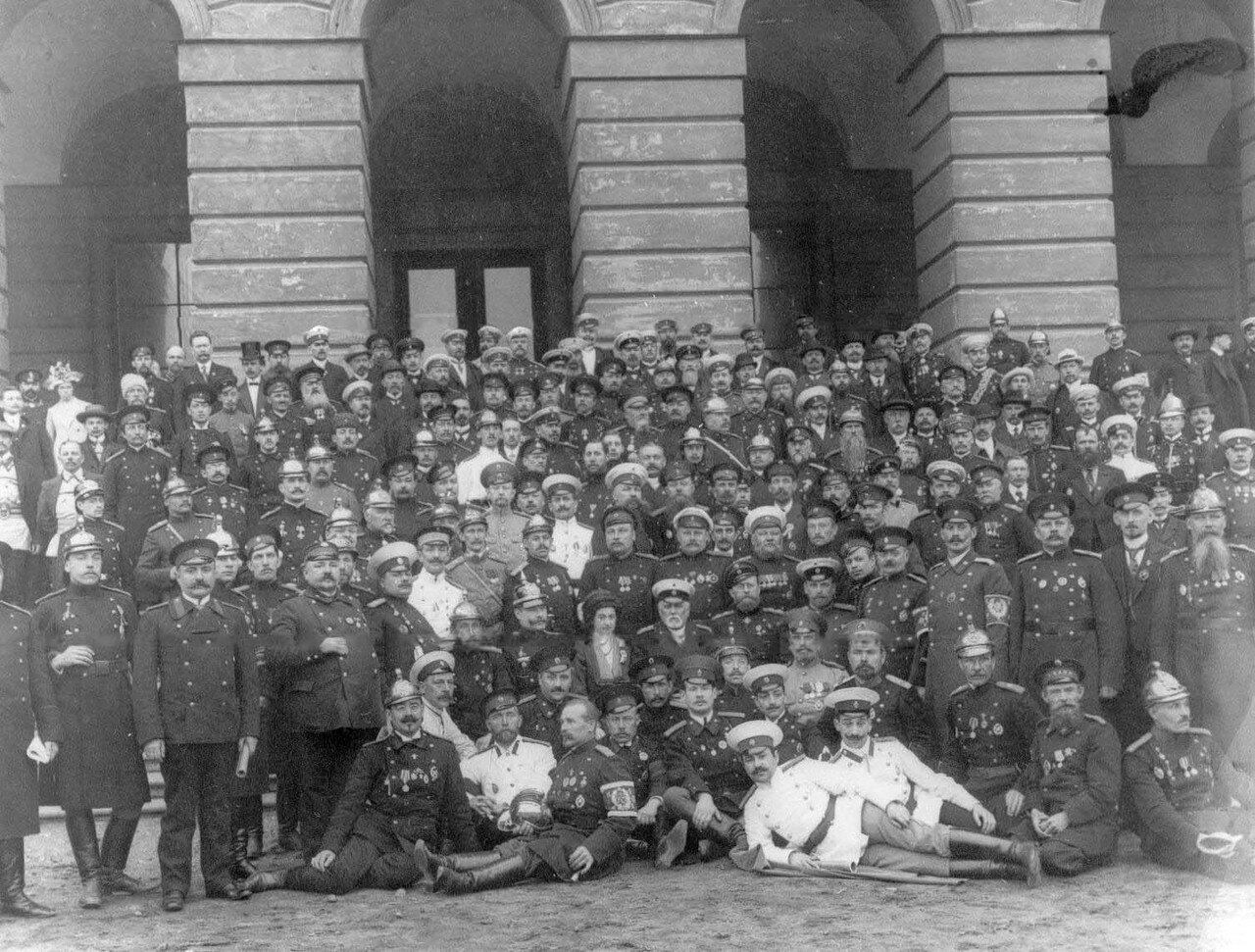 17. Группа участников конгресса на Марсовом поле у здания Павловских казарм